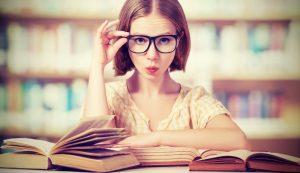 ragazza che studia sui libri